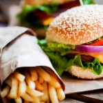 Cum arata un sandvis fast-food uitat pe masa dupa 2 ani